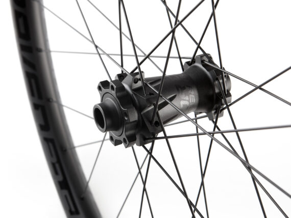 Dartmoor Raven karbon framhjul detajler